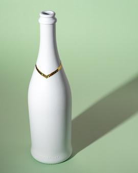 Witte champagnefles op groene ondergrond