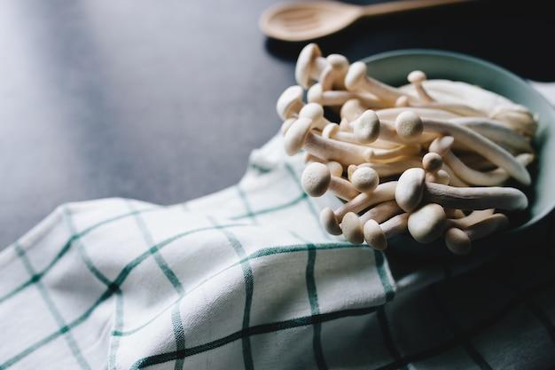 Witte champignons koken op de donkergrijze achtergrond. hoge kwaliteit foto