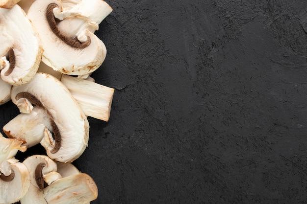 Witte champignons op donkere bureau