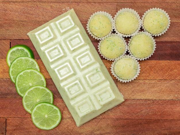 Witte chocoladereep met citroenschil, citroenbrigadeiro en schijfjes citroen