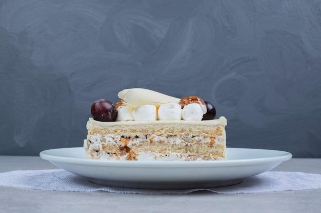 Witte chocoladetaart op witte plaat. hoge kwaliteit foto