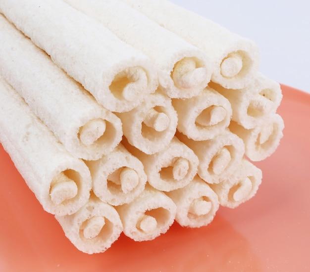 Witte churros geïsoleerd op roze achtergrond