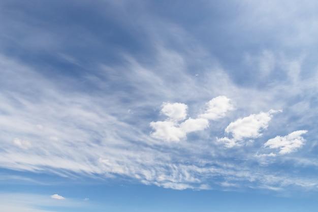 Witte cirrocumuluswolken in de lichtblauwe hemel