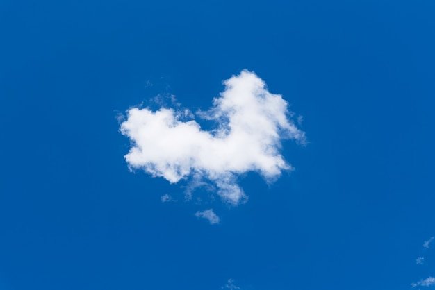 Witte clound die op blauwe hemel vliegt.