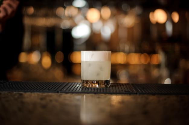 Witte cocktail in het glas op de barhouder