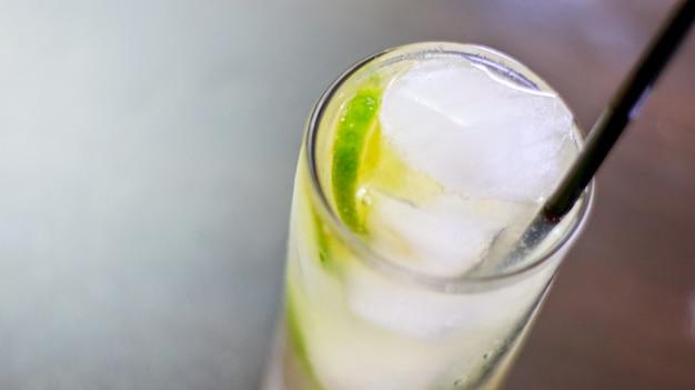 Witte cocktail met ijsblokjes en een sorbet