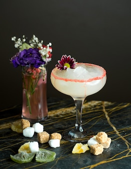 Witte cocktail op tafel