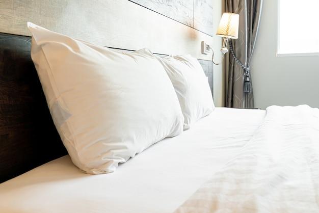 Witte comfortabele kussens op groot bed
