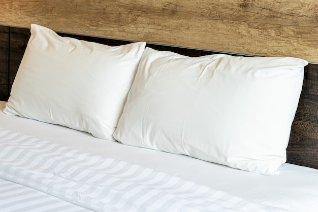 Witte comfortabele kussens