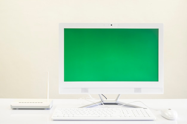 Witte computer alles in één op tafel en wifi-router