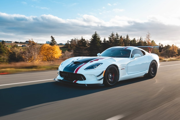 Witte coupé auto rijden op de weg