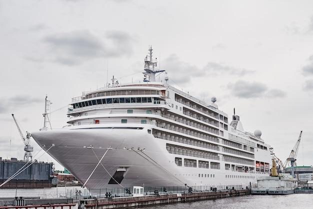 Witte cruiseschipvoering gedokt in de haven