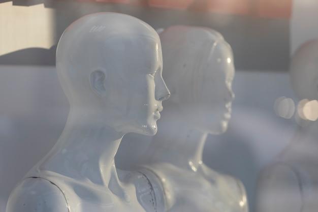Witte dames etalagepoppen staan in een vitrine zonder kleding. hoge kwaliteit foto