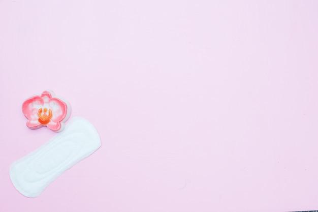 Witte damessliplijnvoering met rood hart als symbool van menstruatiebloed