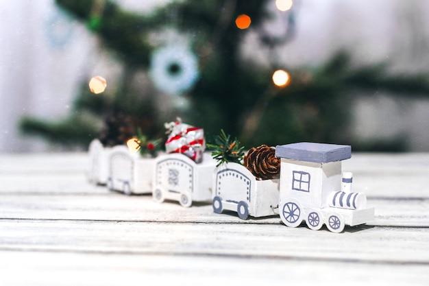 Witte decoratieve handgemaakte stoomlocomotief. stoomlocomotief met kerstdecor