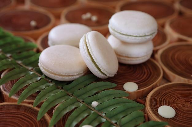 Witte delicate nederige bitterkoekjes op een houten achtergrond de pasteltint van de crème in de franse...