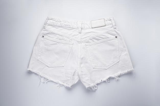 Witte denim short, achterzakken, platliggend.