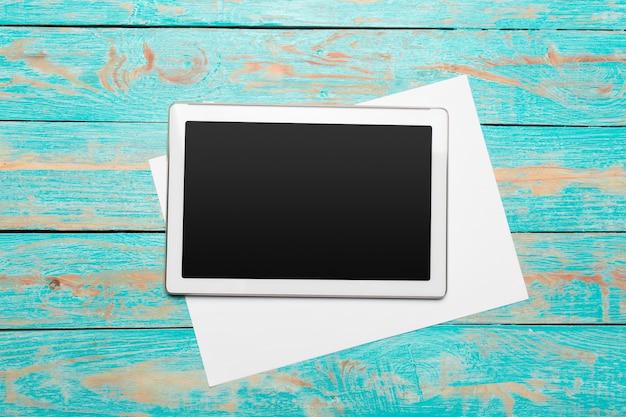 Witte digitale tablet op houten tafel