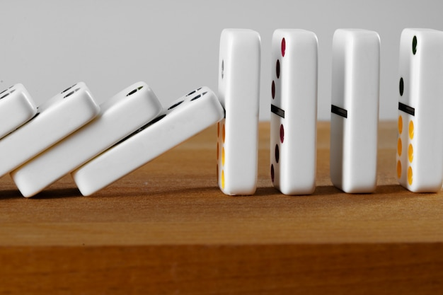Witte domino dobbelstenen op een houten tafel