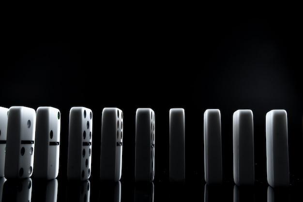 Witte dominostenen in het donker