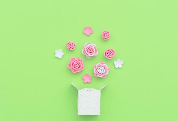 Witte doos met explosie van roze en witte bloemen gemaakt van foamiran