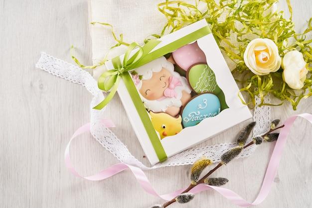 Witte doos met pasen koekjes in verschillende vorm