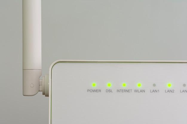 Witte draadloze internet-router met antenne geïsoleerd