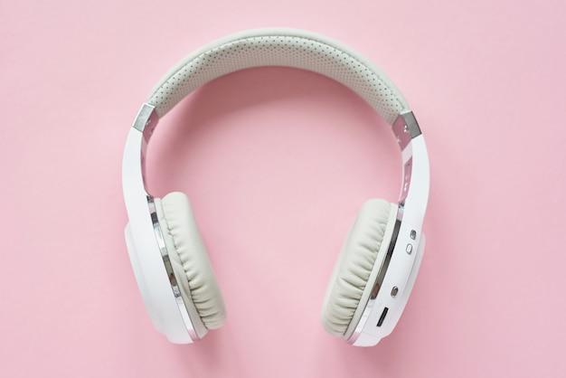 Witte draadloze koptelefoon op een pastel blauwe achtergrond