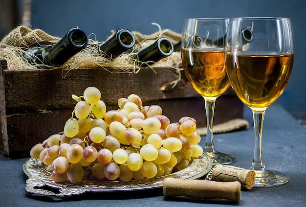 Witte droge wijn. twee glazen wijn. alcoholische dranken. huis wijnbouwconcept