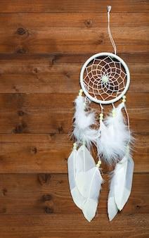 Witte droomvanger op houten oppervlak