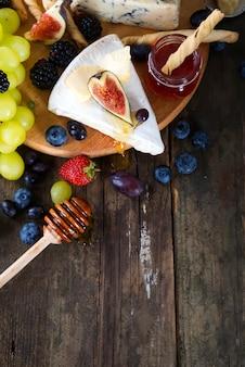 Witte druif, brood, honing en kaas