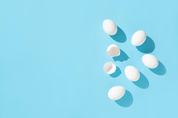 Witte eieren op blauw
