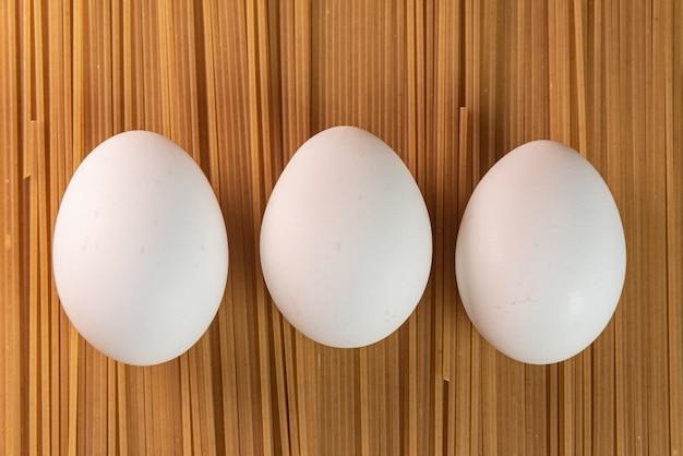Witte eieren op de rauwe pasta