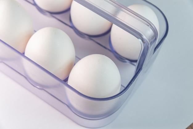 Witte eieren op de witte tafel