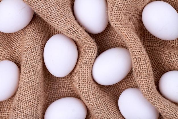 Witte eieren op een gerimpeld geweven doek