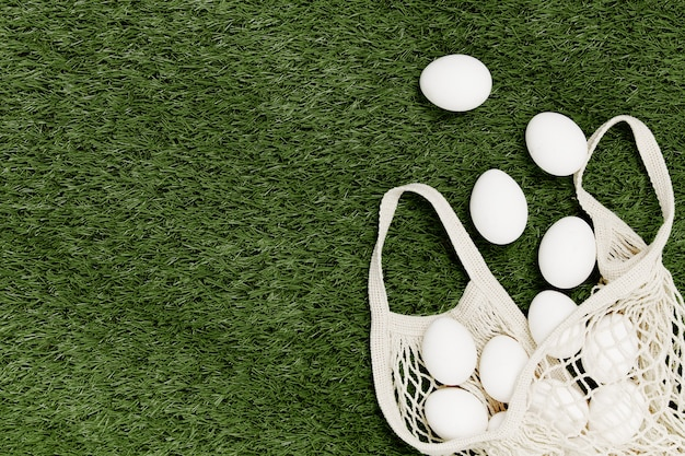 Witte eieren op het gazon, ecologisch winkelen