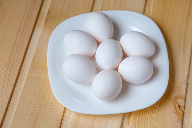 Witte eieren op plaat