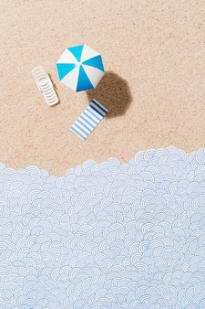 Witte en blauwe parasol ligstoel en blauw en wit gestreepte handdoek op zand en papieren golven