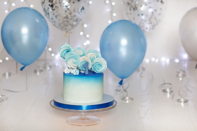 Witte en blauwe verjaardagstaart