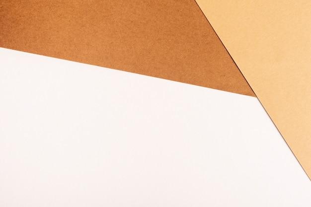 Witte en bruine ardboard platen