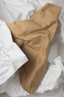 Witte en bruine gescheurde kraft gerimpelde inpakpapier achtergrond