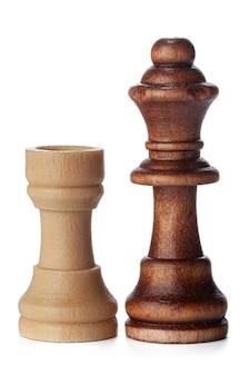 Witte en bruine houten schaakstukken op witte achtergrond
