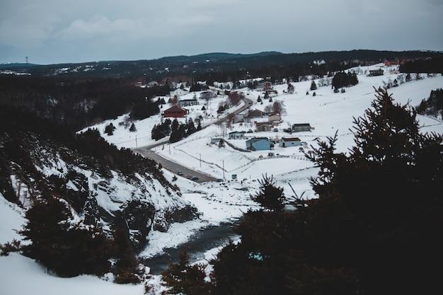 Witte en bruine huizen op met sneeuw bedekte grond