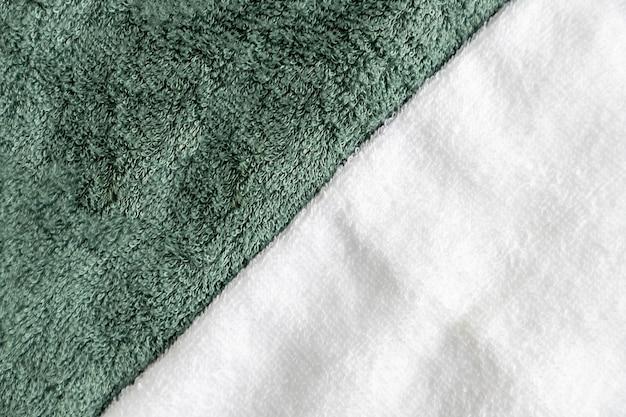 Witte en eucalyptuskleurige handdoeken