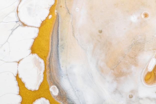 Witte en gouden vloeibare marmeren achtergrond diy luxe vloeiende textuur experimentele kunst