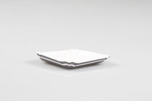 Witte en grijze kartonnen standaard om een te eten gebak op te bergen