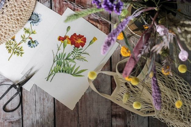 Witte en purpere bloemen op witboek, selectief nadrukonduidelijk beeld als achtergrond