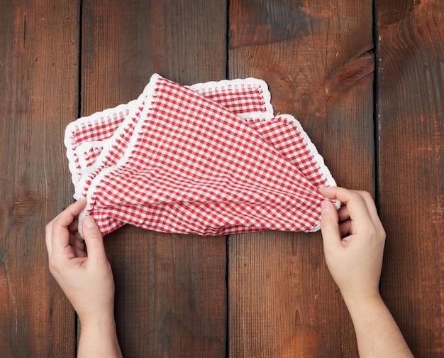 Witte en rode geruite keukenhanddoek