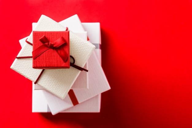 Witte en rode geschenkdozen bovenaanzicht copyspace