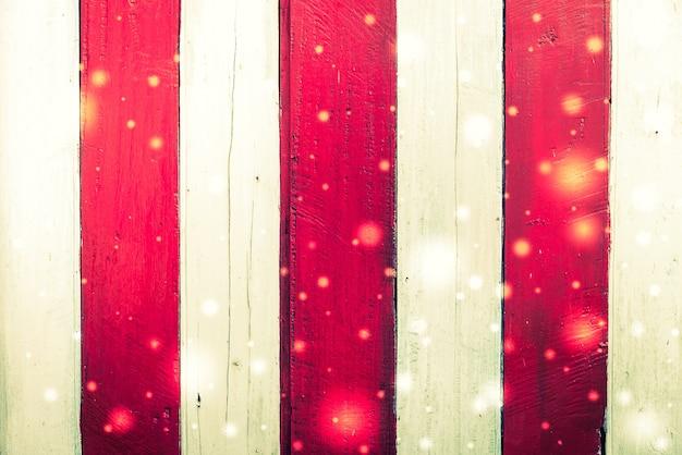 Witte en rode houten planken met flitsen van lichten